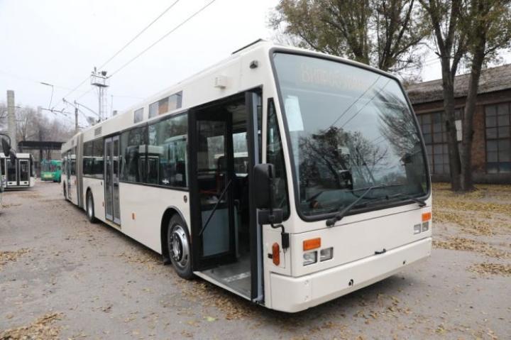 В Запорожье доставили первый из девяти троллейбусов из Нидерландов (фото)