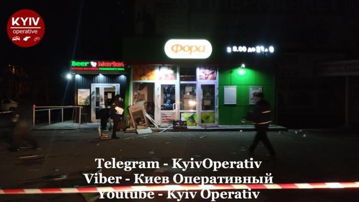 В Киеве неизвестные взорвали банкомат ПриватБанка (фото)