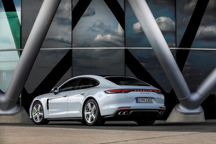 Porsche представил разгоняющийся до 315 километров седан (фото)