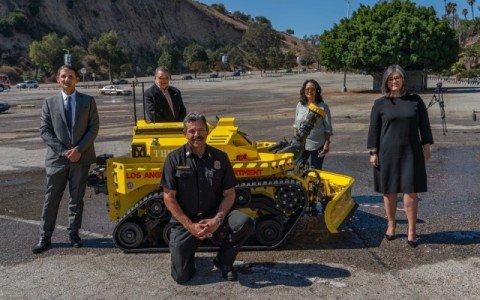 В США приняли на службу первого робота-пожарного (фото, видео)