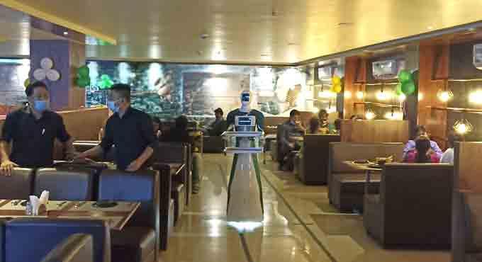 В Индии разработали робота-официанта, который развлекает клиентов (фото)